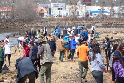 The community turns out to help plant native vegetation on the newly exposed stream bank. Credit: USFWS