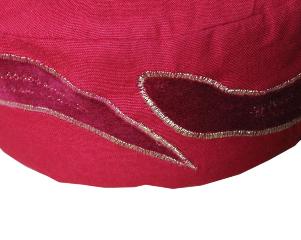 Detail van de slang op de zijkant van het kussen