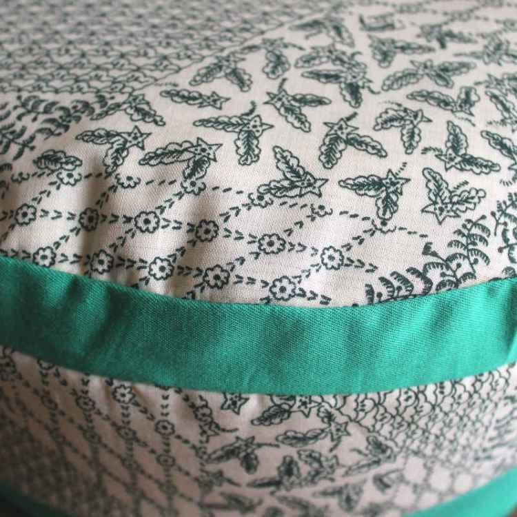 Wit met groene opdruk en groene biezen