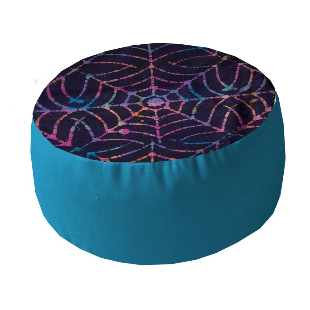 Spinnenweb met helderblauwe zijkant