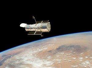 Tässä kuvassa Hubble-teleskooppi on päästetty radalleen Atlantis-sukkulan tekemien huoltotöiden jälkeen 2009. Kuva: ESA Hubble.