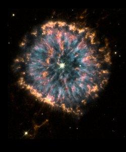 Tässä on auringon kaltainen tähti tehnyt kuolemaa ja sen materiaalia on purkautunut hehkuvaksi sumuksi. Kuva: ESA Hubble.