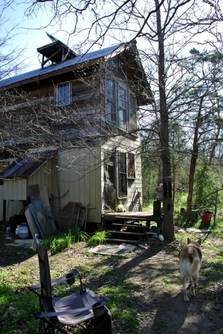 La maison de David, off the grid, construite de ses mains en matériaux recyclés