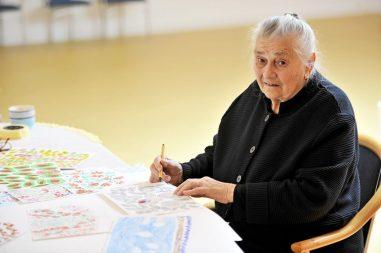 Osamdesetčetverogodišnja Mara Debak priprema izložbu svojih crteža Moj vrt koje je nacrtala u domu za umirovljenike Vita u Podstrani. Na fotografiji: Mara Debak Foto: Nikola Vilić / CROPIX