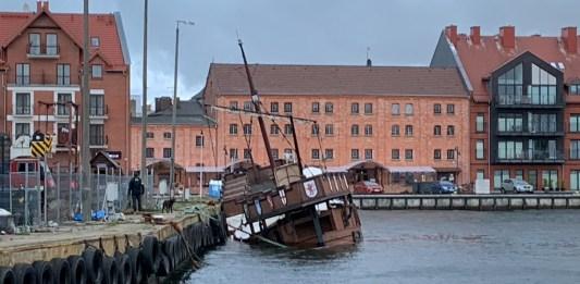 Statek restauracja osiadł na dnie usteckiego portu morskiego - ustka24.info
