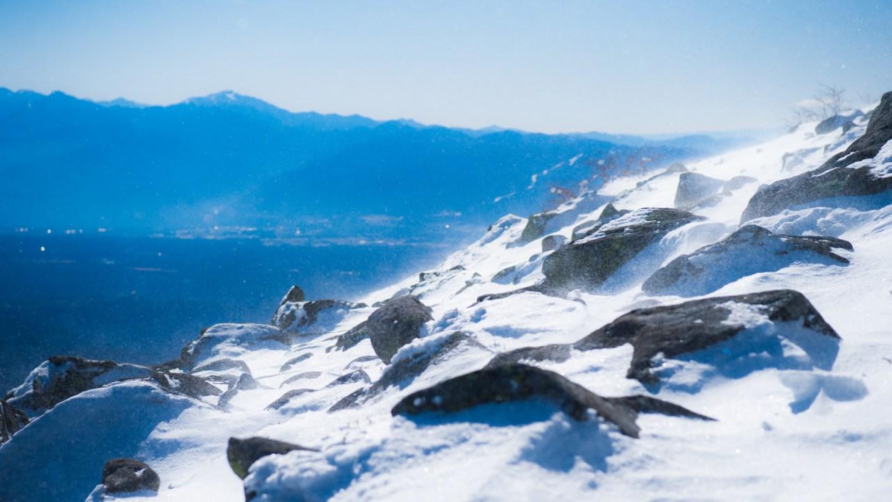 晴れ渡る雪山