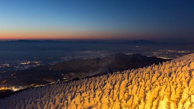 夕日が沈む雪山