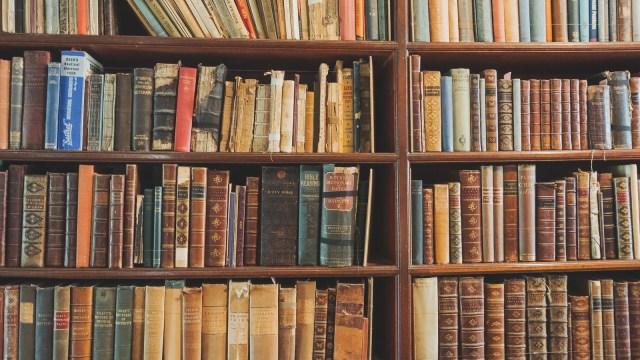 古い洋書が綺麗に並んでいる