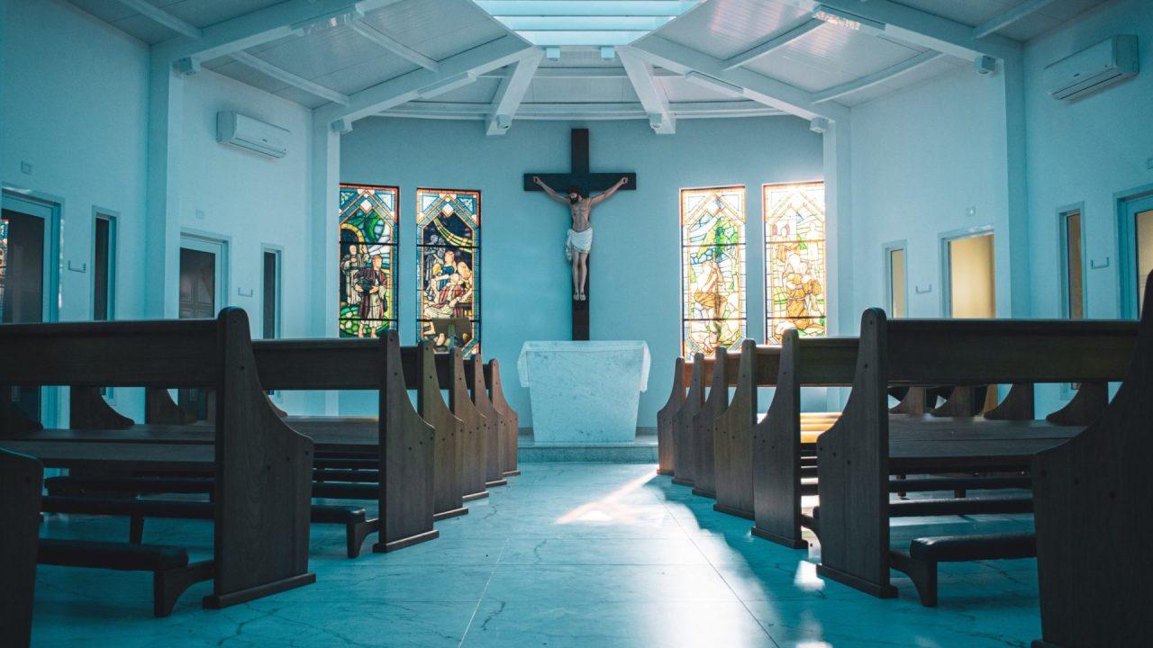 教会の中にある十字架