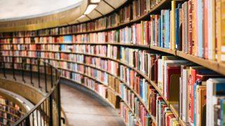 緩やかなカーブを描く巨大な本棚