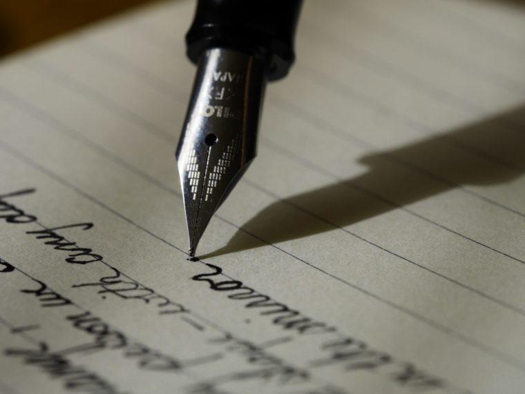 万年筆でノートに文字を書く
