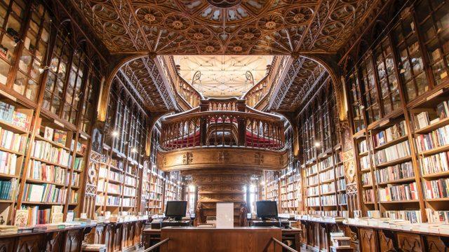天井や階段が芸術的な図書館