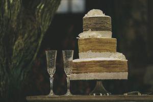 シンプルなウェディングケーキと2つのグラス