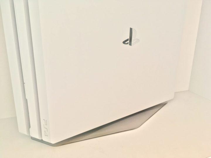 白いPS4 縦置き