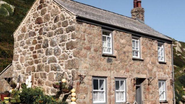 田舎の風景に石模様の一軒家
