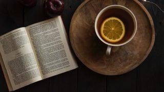 開かれた本とレモンティー