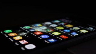 暗闇の中のiPhone画面