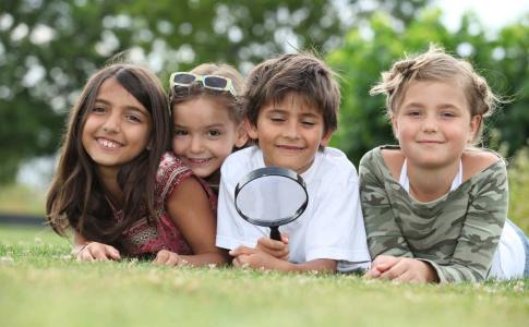 Kids-playing-with-magnifying-1200