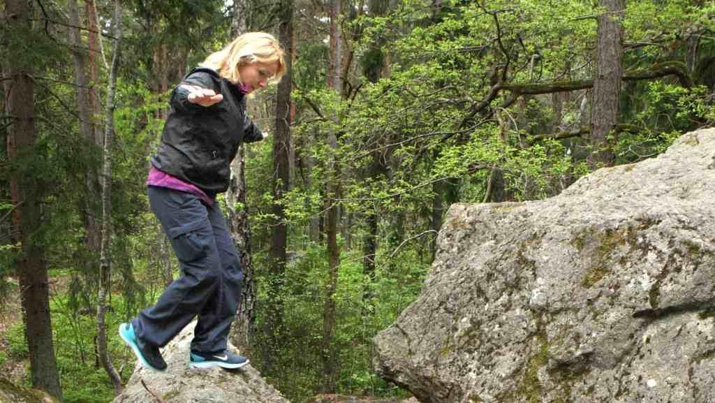 Att balansera över stenar är ett sätt att variera sin promenad. Foto: Ulf Lysholm.