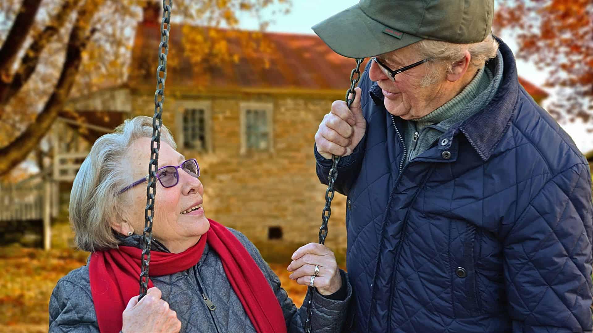 Bild på en äldre kvinna och man med ögonkontakt.