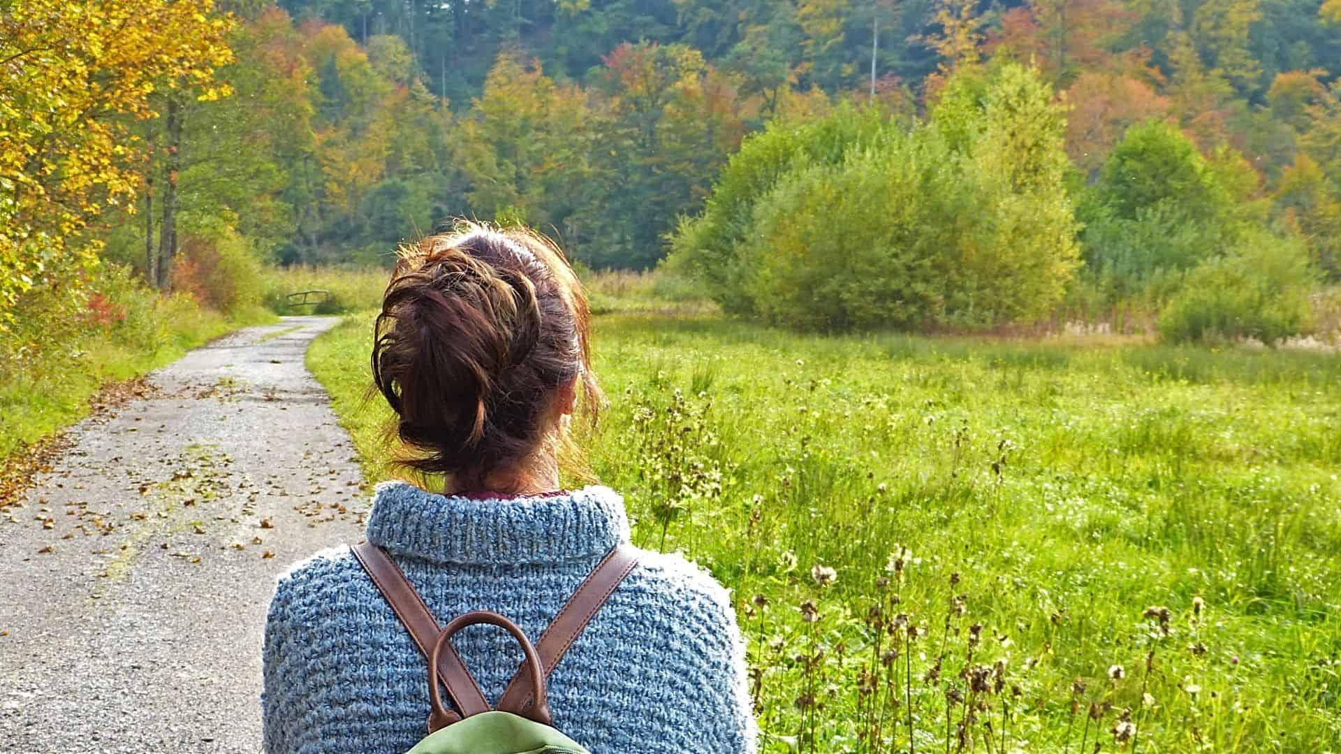 Kvinna som tittar ut över naturen.