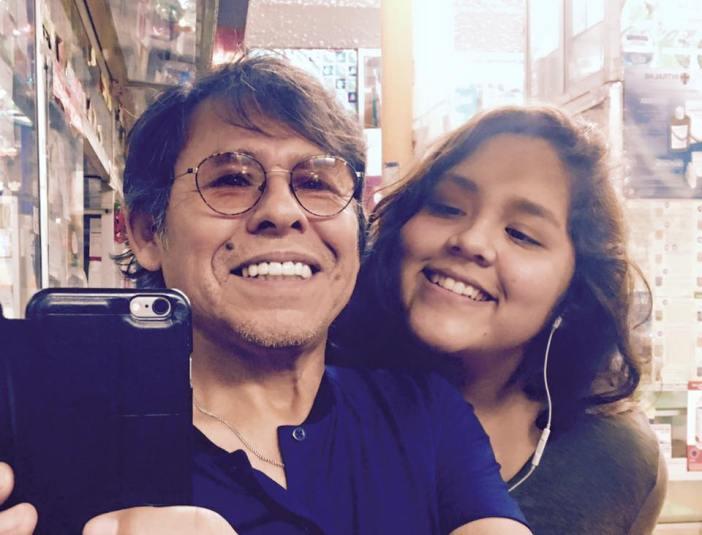 Este es el fotógrafo al lado de su hija aún estudiante de fotografía. Foto: Facebook Víctor Ch. Vargas