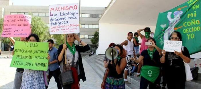 La agrupación feminista Comando Plath estuvo presente el día del evento para realizar un escrache. Foto: Facebook/Comando PLATH