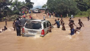 Le pont Kanvimvira étant détruit depuis plusieurs mois; les autos passent dans la rivière.