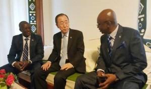 Ban Ki-Moon, accueilli au Burundi par le ministre des Relations Extérieures Alain Nyamitwe et le premier vice-président Gaston Sindimwo