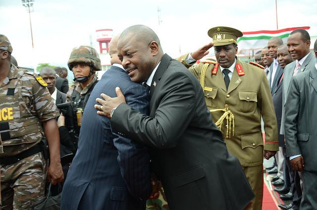 Chaleureuse accolade entre Nkurunziza et Zuma, alors que le président sud-africain va quitter le Burundi après deux nuits passées à Bujumbura