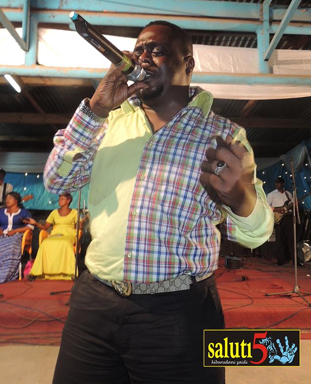 Mzee Yussuf akiimba katika onyesho la Amani Kwanza
