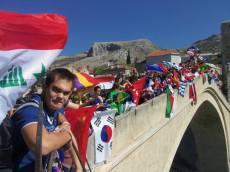 Një ditë në Mostar. Të gjithë studentët shfaqin flamujt e tyre mbi urë.