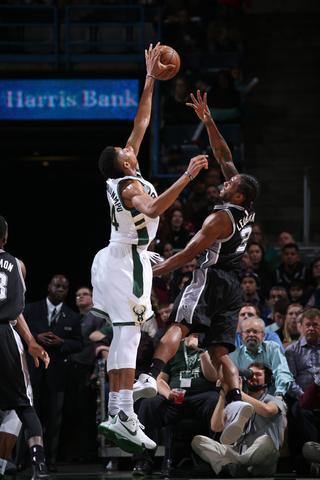Leonard's hot finish scrapes Spurs over Bucks, 97-96 - UWM Post