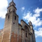 Merida'nın katedrali. Orjinal halinden daha büyük olsa da ilk elde yapımı Maya tapınaklarından sökülen taşlarla olmuş. O zamanki pek çok yapı gibi.