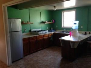 Evin açık mutfağı. Çok az alet edevat var. Ama buzdolabı çalışıyor, su var. Daha ne olsun :)