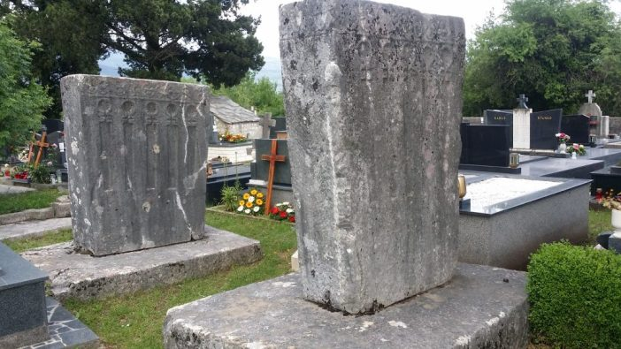 Stećci u groblju Šarampovo - Uzarići