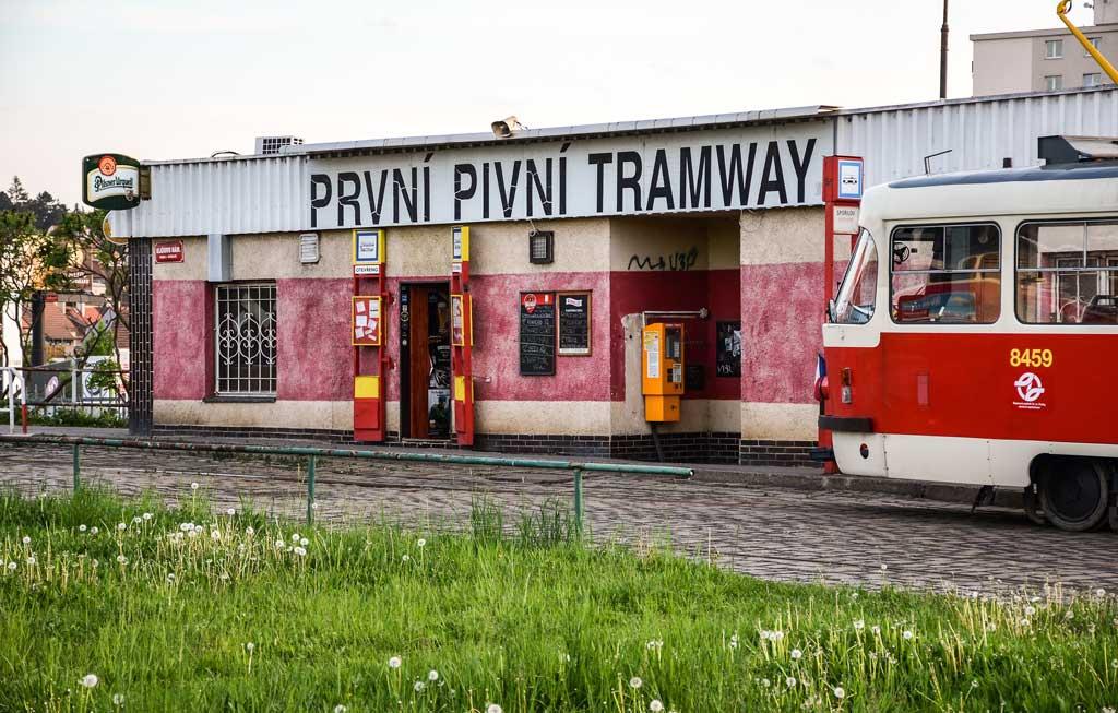 Пражская пивная «První Pivní Tramway» в действующем трамвайном депо