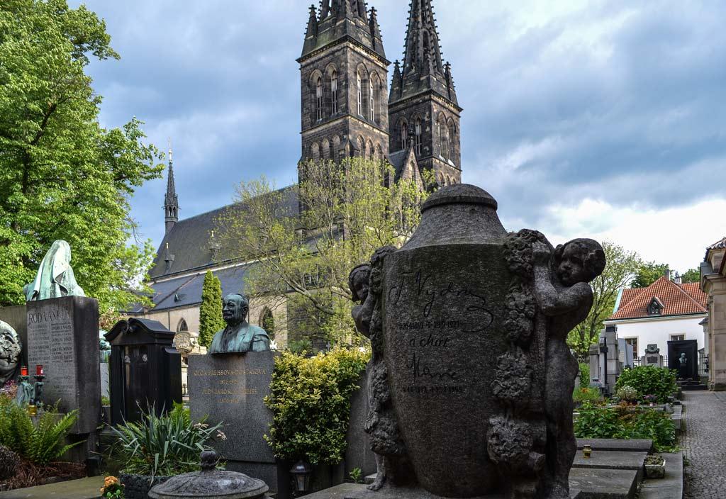 Вид на костёл Святых Петра и Павла с вышеградского кладбища