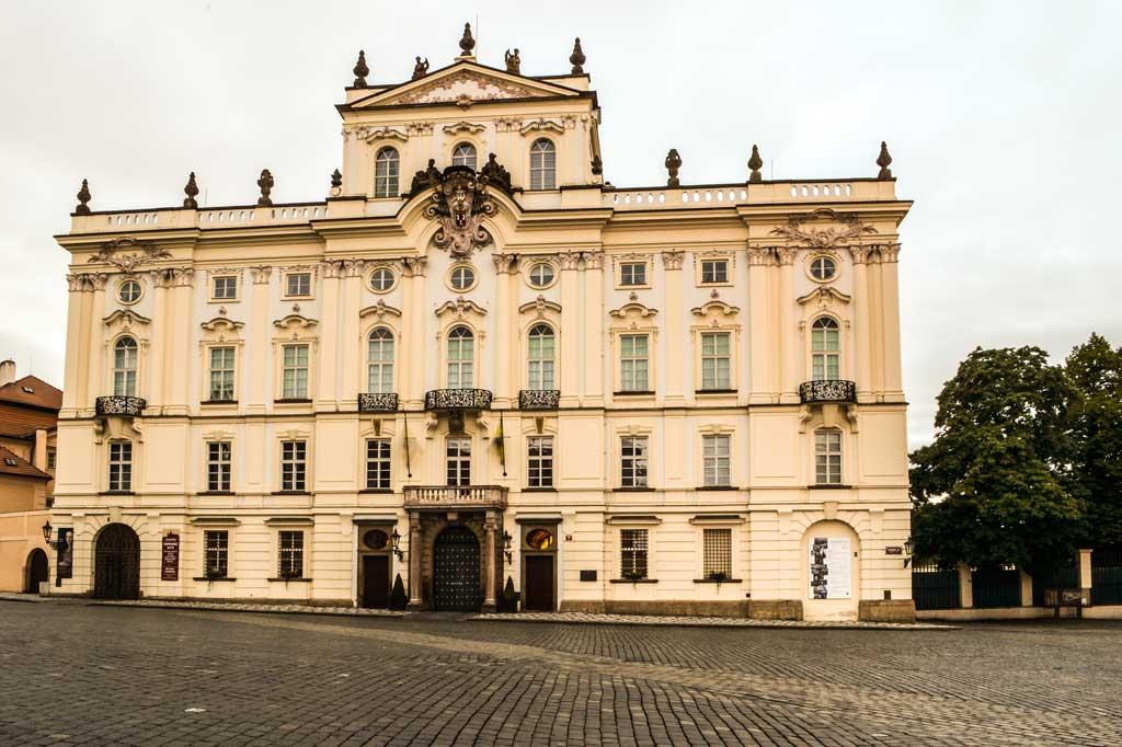 Градчанская площадь. Архиепископский дворец