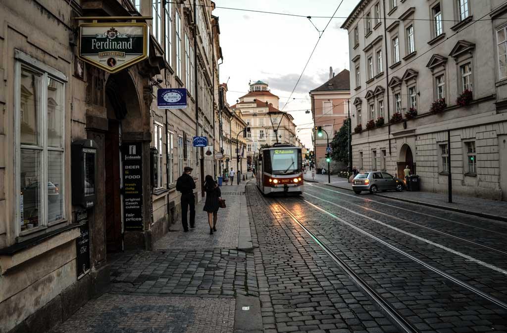Прага. Трамвай 22 маршрута. Остановка «Hellichova». Ресторан «Ferdinanda Malostranská»