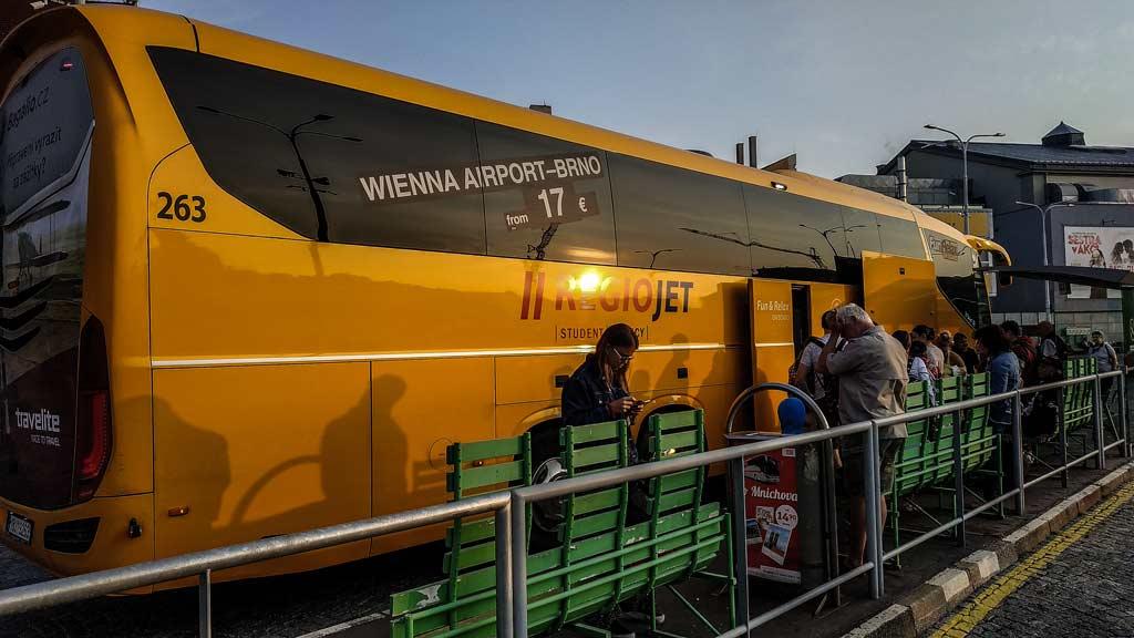 Жёлтый автобус частной чешской компании «Regiojet»