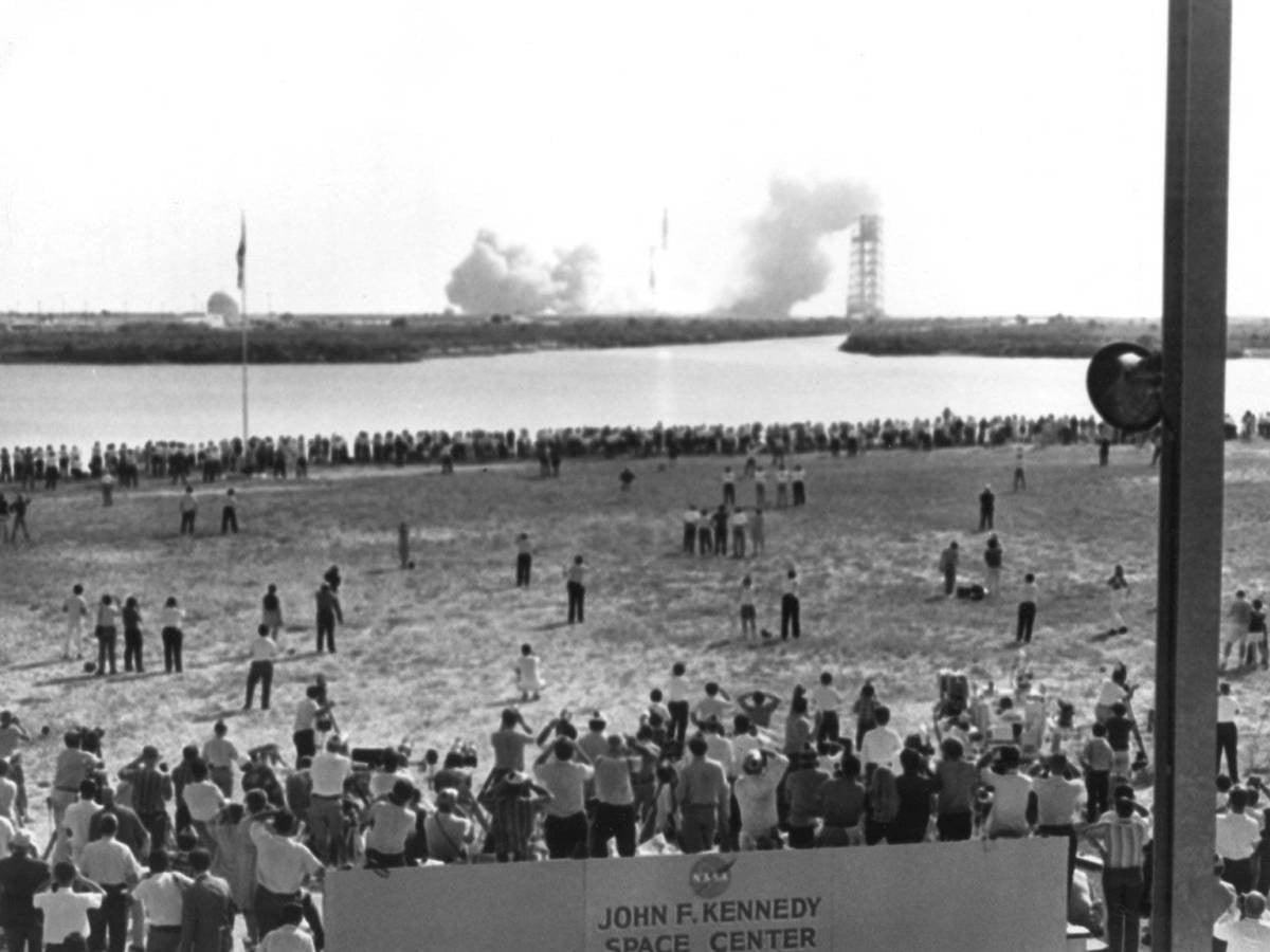 Binlerce gazeteci ve meraklı vatandaş, Kennedy Uzay İstasyonu'nda Apollo 11'in aya gitmek üzere uzaya fırlatılışını izliyor.