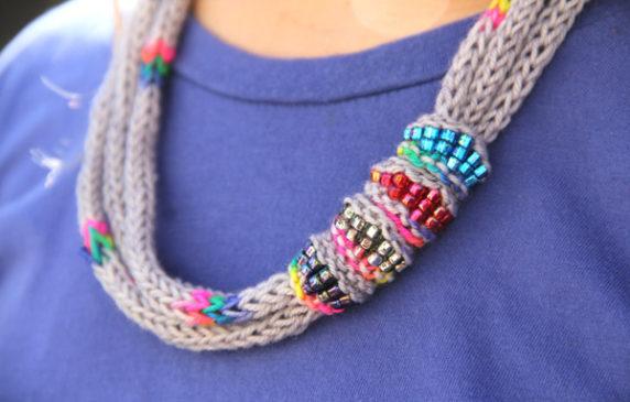 Вязаные бусы из шнура крючком