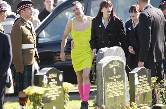 Солдат пришел на похороны друга в платье, но никто не смеялся. И вот почему