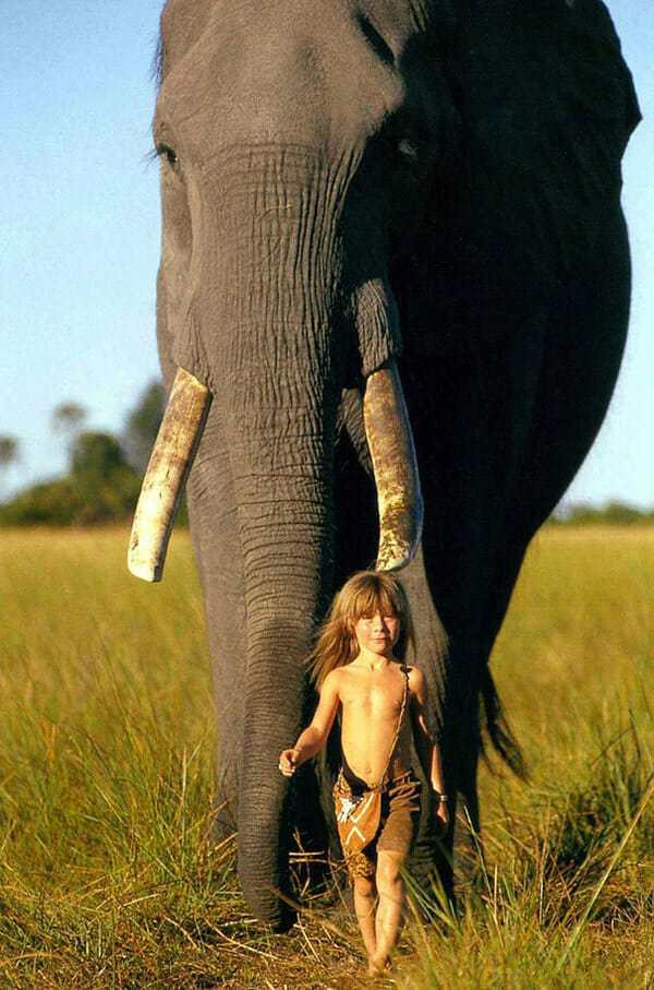 Она росла в дикой природе с животными, которые были ее единственными друзьями. Теперь её детские фотографии восхищают людей по всему миру