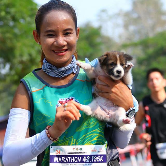 Участница марафона несла щенка на руках 30 км, чтобы его спасти