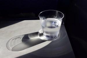 Притча про отношение к проблемам на примере стакана