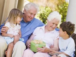Бабушки и дедушки играют огромную роль в развитии нашей личности