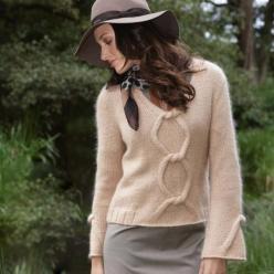 Пуловер спицами из шерсти с крупным мотивом