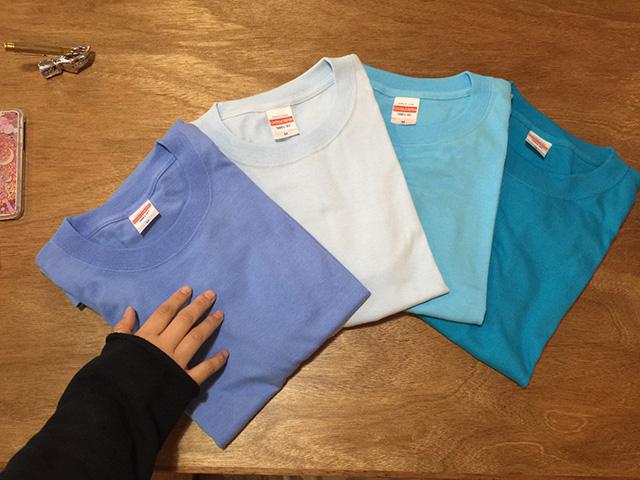 マントのブルーのTシャツ